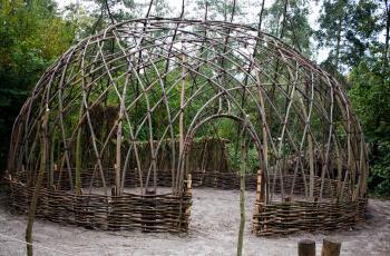 Bouw van de nieuwe hut in het mesolithicum